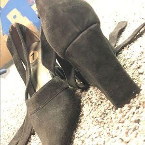 Shoes - Tie around size 7